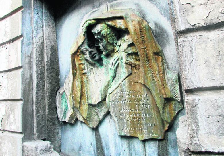 Na ul. Włókienniczej w Łodzi, czyli dawnej ul. Kamiennej, jest plaśkorzeźba, będąca jednocześnie fontanną, która przedstawia kochanków opisanych przez