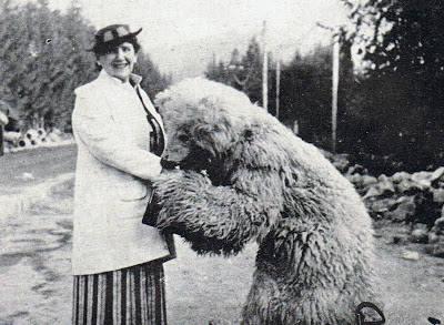 Julian Tuwim w otoczeniu żony i córeczki. Laureatem łódzkiej nagrody został w 1928 roku