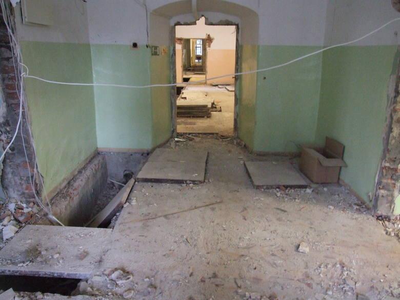 Nadzór archeologiczny przy ulicy Narutowicza był prowadzony we wschodnim skrzydle klasztoru, w związku z remontem pomieszczeń dla szkoły prowadzonej obecnie przez siostry Urszulanki.