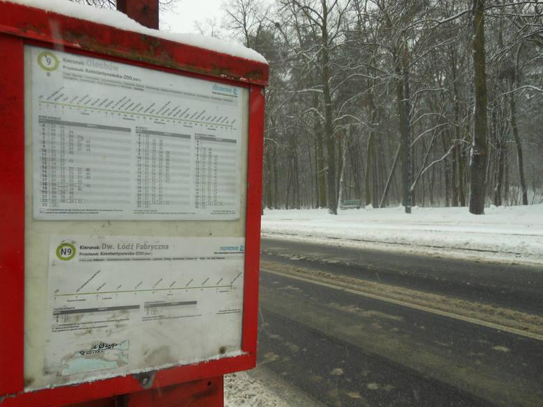 Na przystanku przy zoo śniegu jest po kolana. Piesi mają problem, aby dostać się na tramwaj