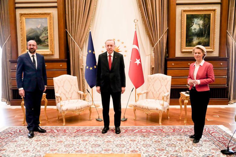 """""""Sofagate"""", czyli dyplomatyczny zgrzyt podczas wizyty liderów Unii Europejskiej w Ankarze. Ursula von der Leyen posadzona na kanapie"""