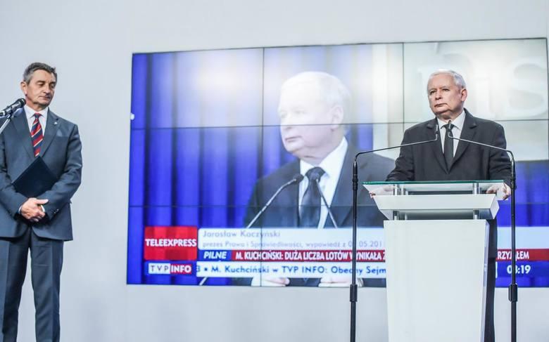 Oprócz Kuchcińskiego na briefingu pojawił się też Jarosław Kaczyński, który podkreślił, że marszałek nie złamał prawa ani istniejących w tej dziedzinie obyczajów.