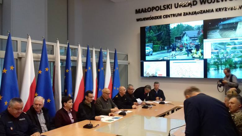Kraków. Fala powodziowa przekroczyła stan alarmowy o 60 cm. Optymistyczne prognozy na posiedzeniu sztabu kryzysowego z udziałem premiera
