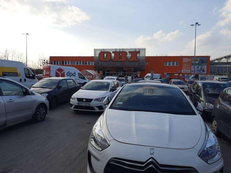 Pod opolskimi marketami było trudno o miejsce do zaparkowania.