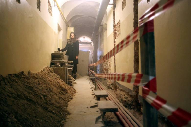 Po interwencji mieszkańców robotnicy usunęli gruz z korytarza i zabezpieczyli wykop, w którym montowane są instalacje.