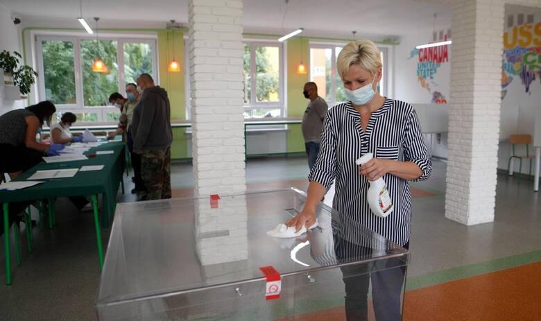 Inspektorat zarekomendował dezynfekcję górnej części urny wyborczej, kabin do głosowania i długopisów nie rzadziej niż co 2 godziny.