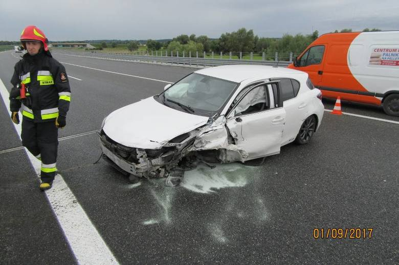 Wczoraj na autostradzie pod Grudziądzem auto uderzyło w barierę energochłonną. Trzy osoby zostały ranne.