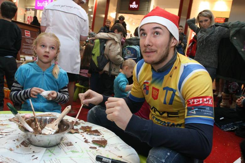 Manuel Strlek, skrzydłowy drużyny Vive Targi Kielce pomagał maluchom w malowaniu ciastek czekoladą.