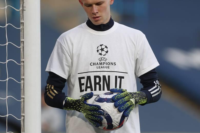 Wymowne koszulki piłkarzy Leeds United przed meczem z Liverpoolem