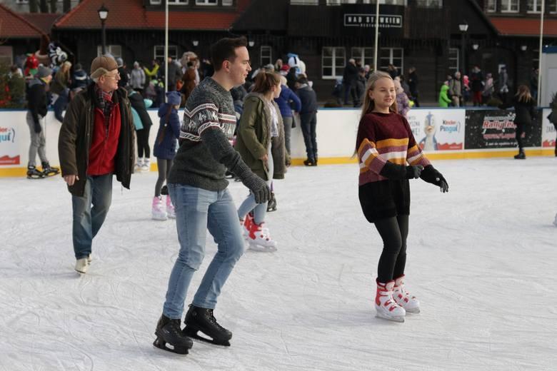 Na lodowisku na Stawie Zamkowym w Opolu nauczysz się jeździć na łyżwach. Za darmo!