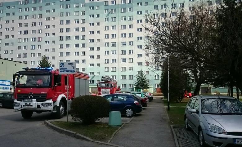 Rzeszowscy policjanci negocjują z desperatem, który grozi, że skoczy z wieżowca. Na miejscu są strażacy i pogotowie