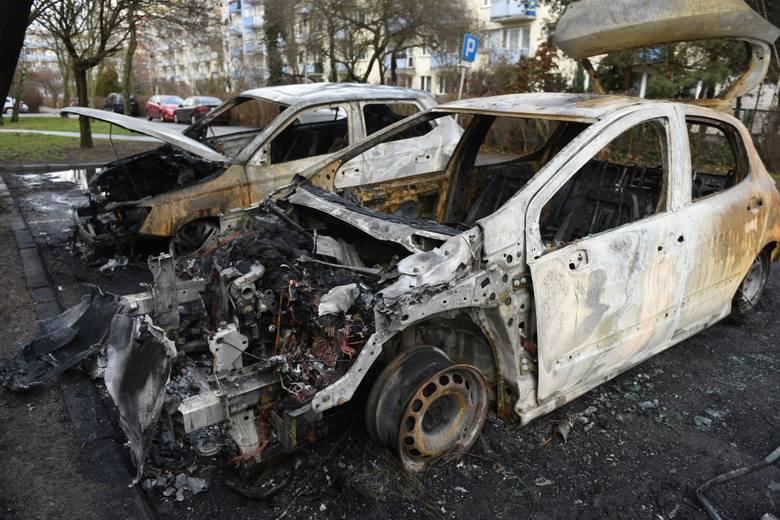 W pożarze na ulicy Prejsa w Toruniu zniszczeniu uległy w sumie trzy auta: skoda fabia, peugeot i volkswagen passat<br />