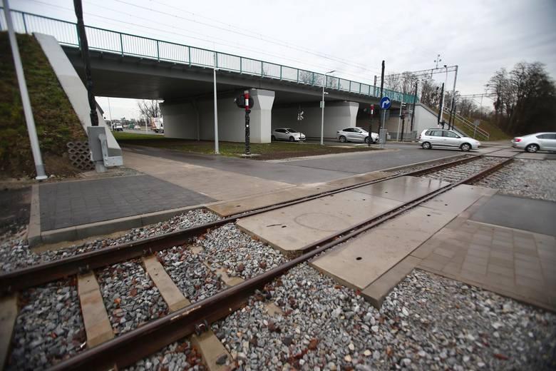 W ramach przebudowy ul. Buforowej, ważnego i uczęszczanego wjazdu do Wrocławia, został także poszerzony wiadukt kolejowy, tak aby mógł pod nim przejeżdżać