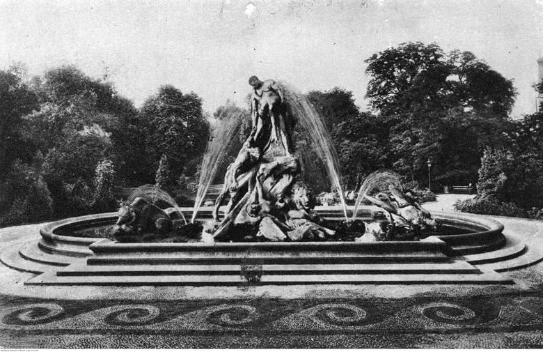 Pomnik Potop autorstwa berlińskiego rzeźbiarza profesora Ferdinanda Lepckego w fontannie na skraju parku. Rok 1925