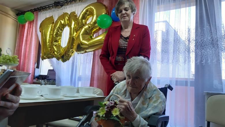 Helena Tokarek, mieszkanka Domu Pomocy Społecznej dla Kombatantów w Opolu, świętuje 102. urodziny!