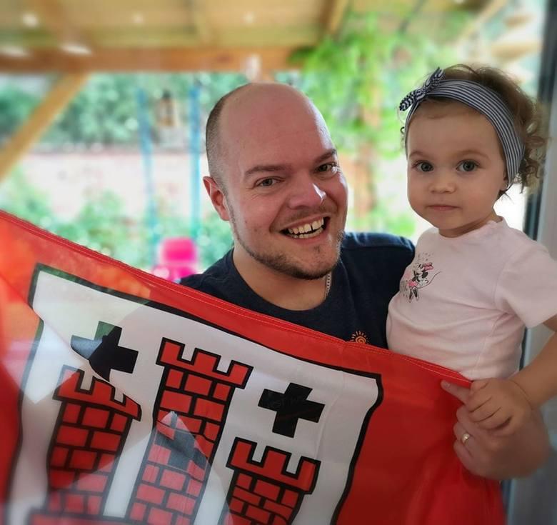 - W końcu jestem zdrowy i wróciłem do domu, do żony i córek! - mówi kluczborski lekarz kardiolog Szymon Barabach, na zdjęciu z 1,5-roczną córeczką Nelą.