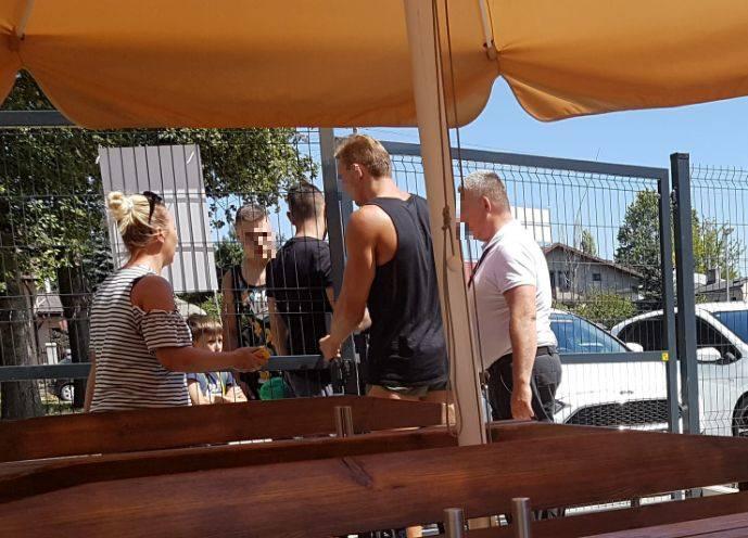 W tym samym czasie pracownicy ochrony Anilany wpuszczali swoich znajomych bocznym wejściem (bramą wychodząca na parking przy ul. Sobolowej, znajdującej