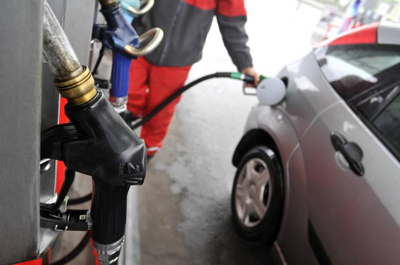 Osiem groszy netto ma wynieść nowa opłata doliczana do każdego litra benzyny i oleju napędowego. W praktyce może to oznaczać droższe tankowanie.