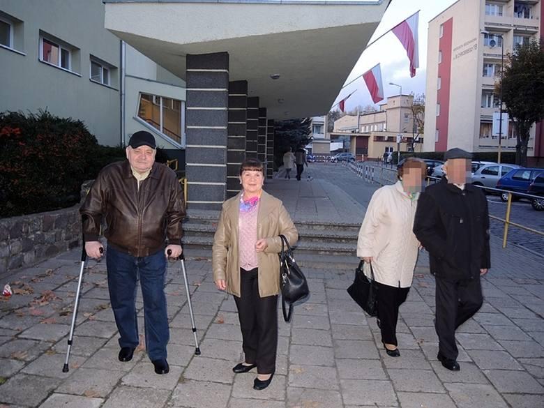 Genowefa i Jan Dobczyńscy głosowali w SP nr 5. Pani Genowefa pracuje przeprowadzając uczniów tej szkoły przez ulicę. Dziś ma tam także dyżur na port