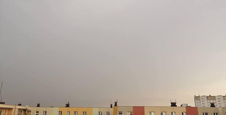 Tak wygląda niebo nad Włocławkiem 21 czerwca ok. godz. 12.35. Tutaj - według ostrzeżenia - również ma przejść burza z gradem.