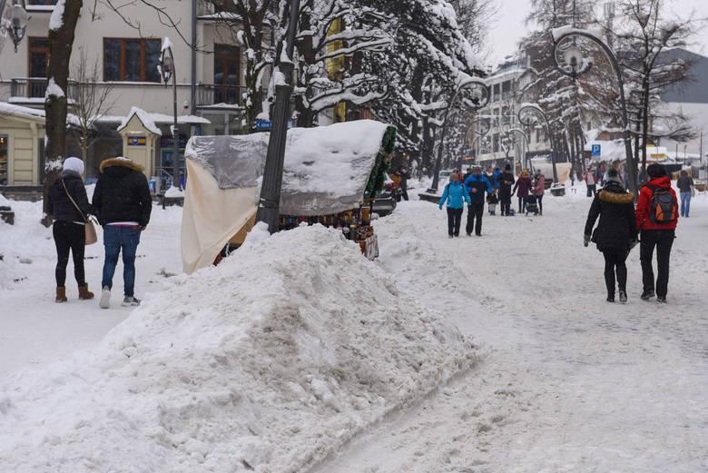 Zima w górach nie odpuszcza. Śniegu jest tyle, że trzeba go wywozić z Krupówek [ZDJĘCIA]
