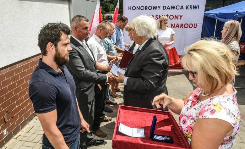"""Dziś w Bydgoszczy wręczono odznaki """"Zasłużony dla zdrowia narodu"""". Tę honorową ministerialną odznakę otrzymać mogą osoby, które oddały"""