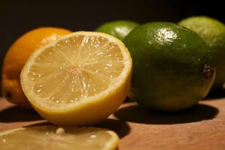 Wiele osób uwielbia jeść rano pomarańcze czy grejpfruty. I choć cytrusy są bardzo zdrowe, mogą powodować problemy. Owoce cytrusowe  szczególnie zjedzone
