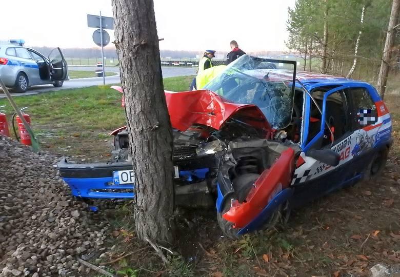 W sobotę (17.11.2018) rozpędzony kierowca wypadł z toru Wschodzący Białystok i uderzył w drzewo. I jest burza: dlaczego na tym terenie w ogóle rosną