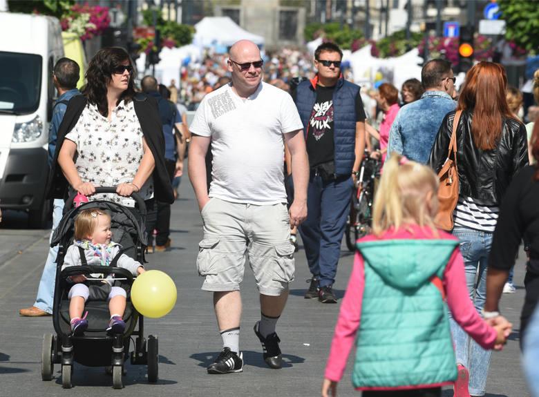 """1. Demografia""""(...) W 2017 r. liczba ludności Województwa Łódzkiego wynosiła 2 476 315 osób i zmniejszyła się  w stosunku do roku poprzedniego"""