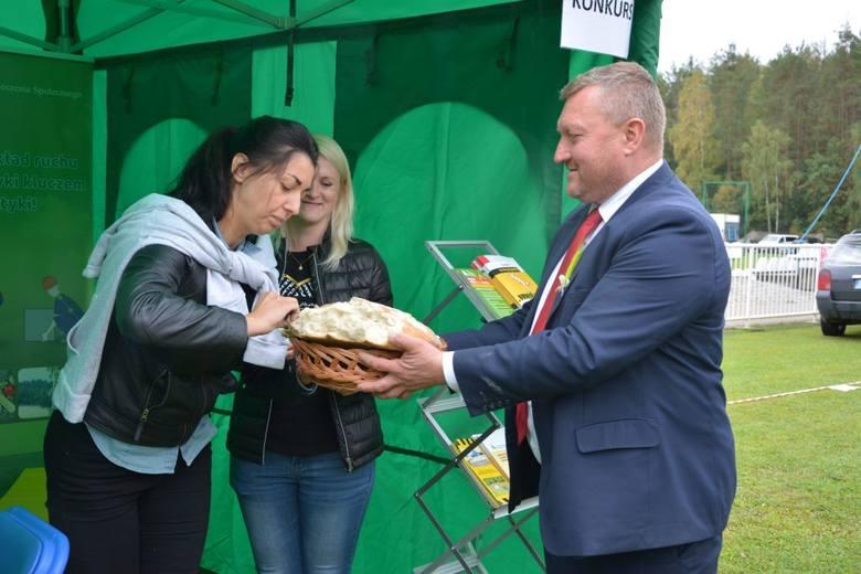 W minioną sobotę  na stadionie miejskim w Rzepinie odbyły się dożynki. Podczas uroczystego otwarcia burmistrz Sławomir Dudzis podziękował rolnikom za