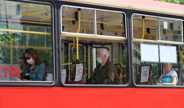 W pojazdach komunikacji miejskiej obowiązuje nakaz zasłaniania ust i nosa