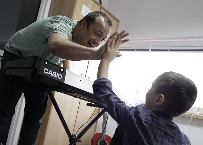 Dzieci razem z Czesławem Mozilem śpiewały, grały na klawiszach i akordeonie, wystukiwały rytmy.