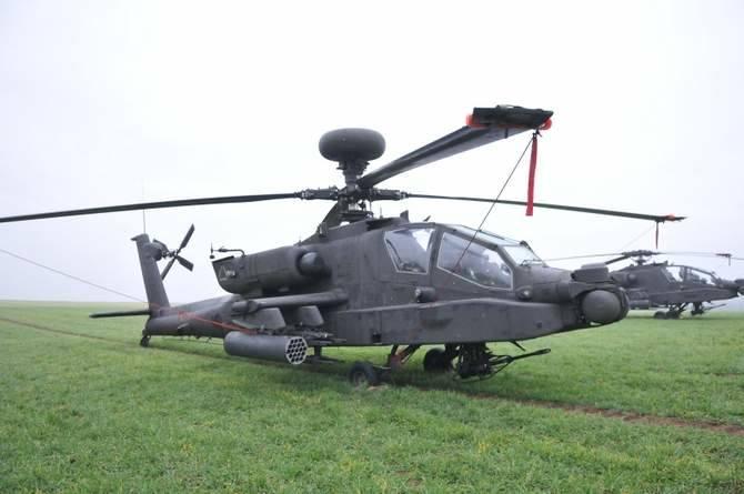 Na polu wylądowały cztery śmigłowce bojowe typu Apache i jeden Black Hawk, który pełni funkcje transportowe.