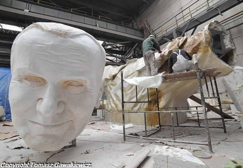 Olbrzymi Jan Paweł II w budowie. Tak postępują prace (zdjęcia)