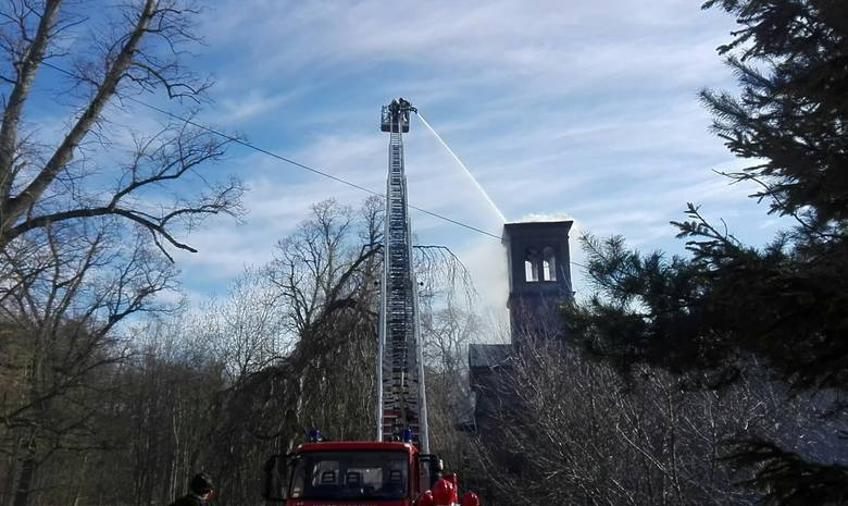 Pożar pałacu w Kończewie. Trwa akcja gaśnicza