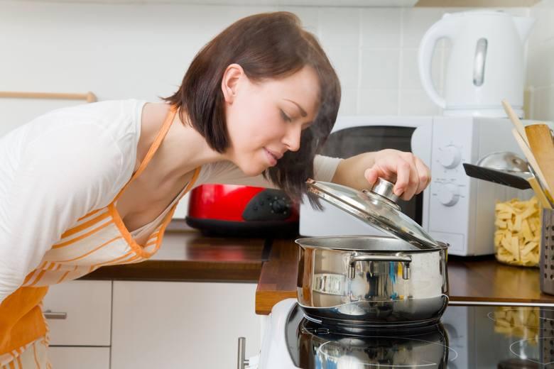 Jak wyczyścić przypalony garnek? Top 5 najlepszych i sprawdzonych sposobów [ZDJĘCIA]
