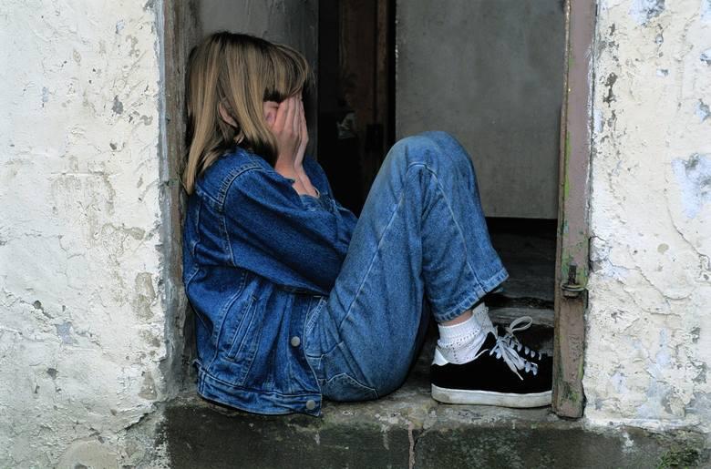 12-latka została wyrzucona z własnego domu przez... ciotkę. Została bez dachu nad głową.