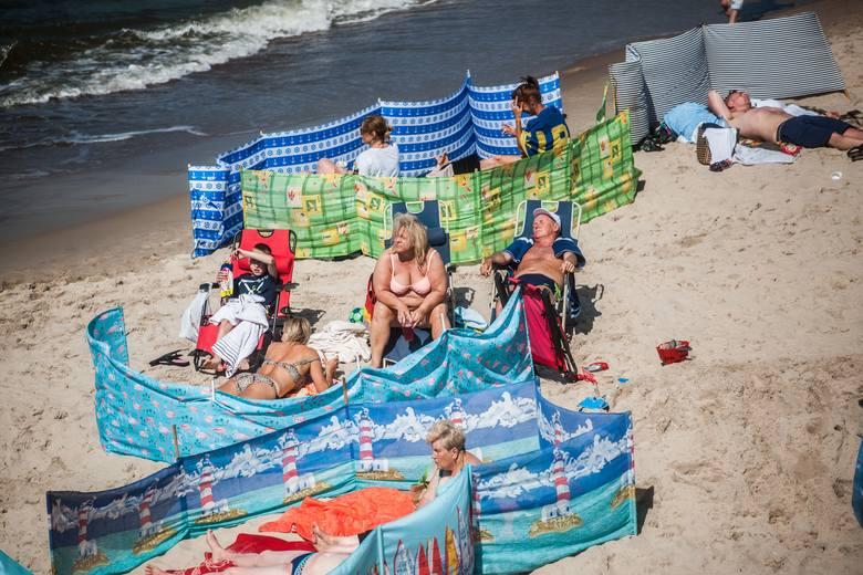 Tłumy w Mielnie. Na plaży kolorowo od parawanów [ZDJĘCIA]