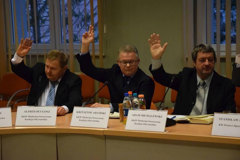 Sesja rady miejskiej w Kluczborku. W środku radny Krzysztof Adamski, przewodniczący komisji rewizyjnej.