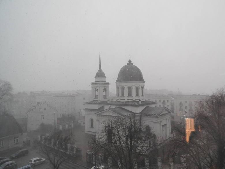 Powrót zimy. Zamieć zaatakowała w Białymstoku. Śnieżyca dała się we znaki mieszkańcom [ZDJĘCIA]