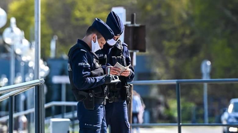 Mieszkaniec Obornik nie miał maseczki. W trakcie legitymowania przez policjantów okazało się, że jest poszukiwany przez Sąd Rejonowy w Obornikach celem