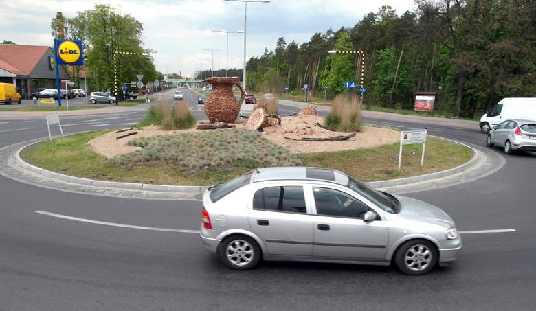 Rondo Stanisława Sosabowskiego. Główną ozdobą tego skrzyżowania jest wielki dzban wśród nadmorskich traw.