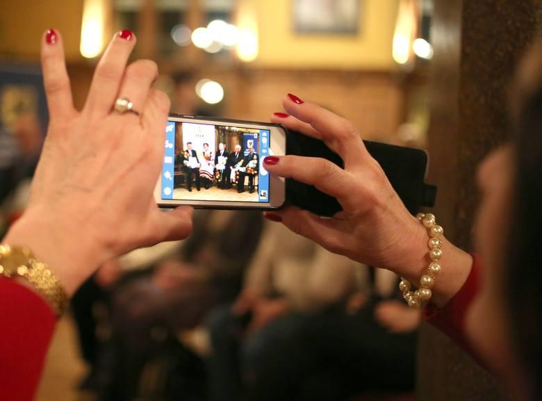 Polacy coraz chętniej korzystają z bankowości mobilnej. Czy zdają sobie sprawę z zagrożeń?