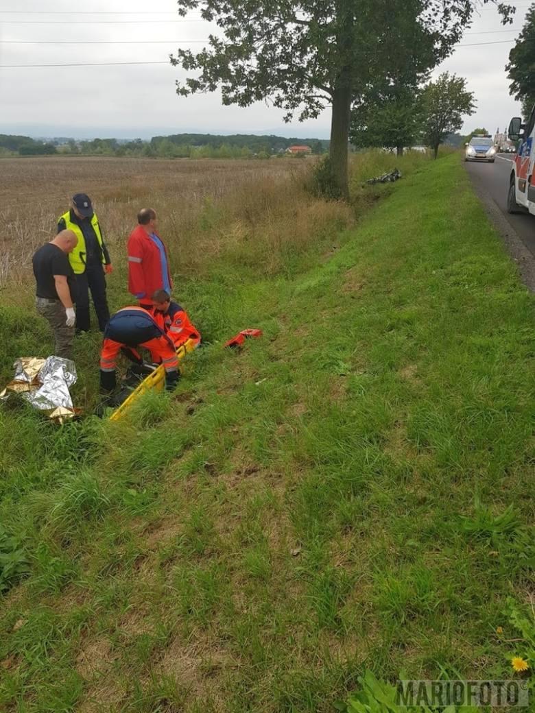 Motocyklista został przetransportowany do szpitala w Opolu helikopterem Lotniczego Pogotowia Ratunkowego.