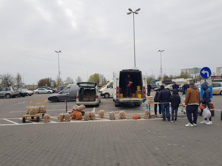W niedzielę (2 maja) przy ulicy Andersa odbyła się giełda towarowa. Na targowisku można było kupić części i akcesoria samochodowe, odzież, zabawki, narzędzia,