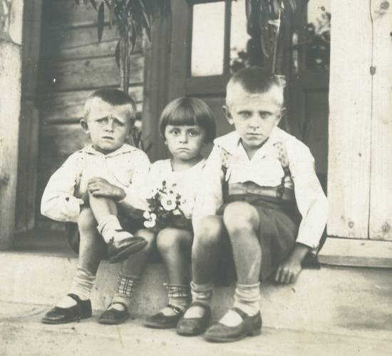 Bracia Tarnawscy na punkcie granicznym pod Śniatynem. Od lewej: Romuald - późniejszy pułkownik lotnictwa, Stefan - pedagog, Opolanin, Ryszard - zawodowy