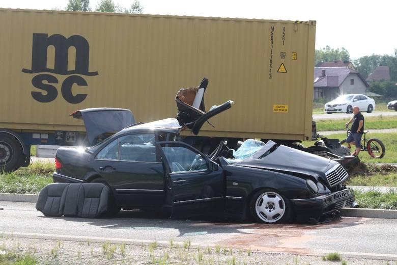 Tragiczny wypadek pod Wrocławiem. Nie żyje kierowca mercedesa
