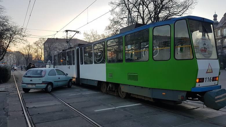 Do zdarzenia  doszło na torowisku prowadzącym w kierunku pl. Rodła. Ruch tramwajowy jest wstrzymany w obu kierunkach