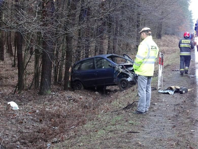 Do wypadku doszło w poniedziałek, 11 lutego na trasie z Gorzowa do Łubianki. Renault wypadło z drogi i dachowało uderzając w drzewa. Jedna osoba trafiła