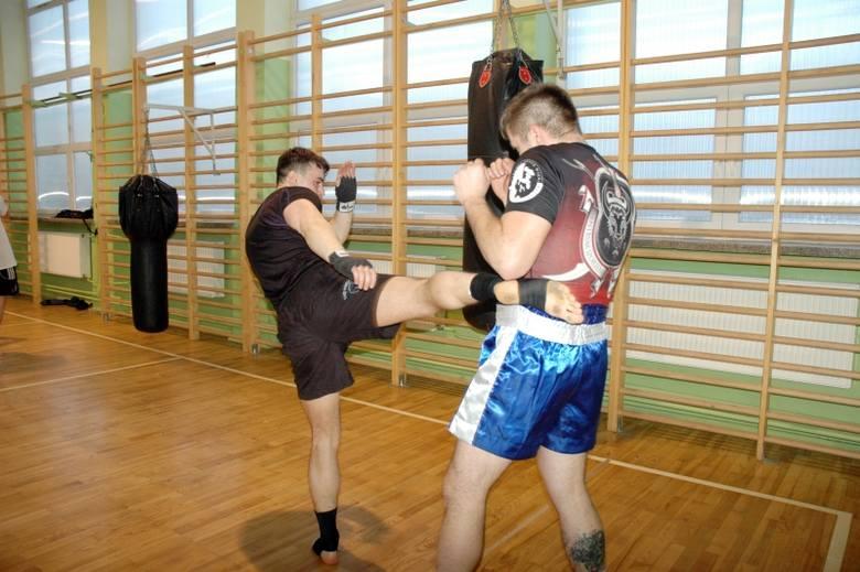 Trening boksu tajskiego. Uczył ich Jarosław Dobosz z Husarza Białystok (zdjęcia)
